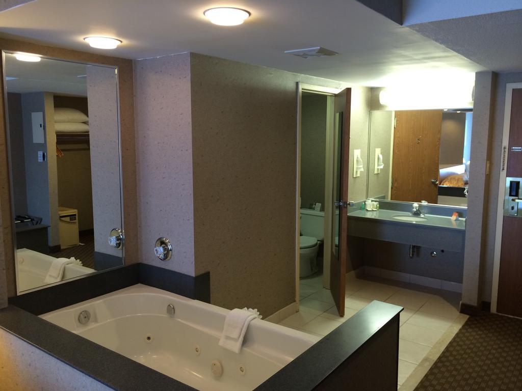 Howard Johnson Hotel By The Falls Niagara Falls Hotels